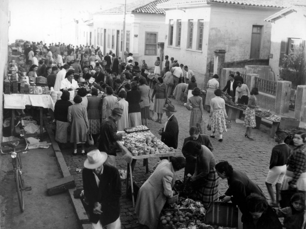 Foto em preto e branco da feira livre na rua Senador Fonseca, na década de 1940